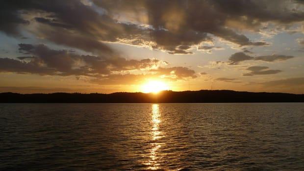 1024px-Gull_Lake_sunset