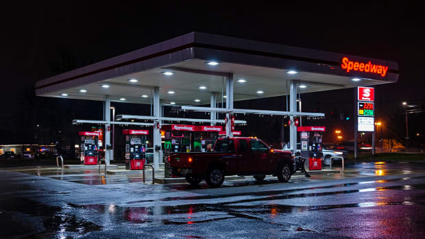 1280px-Speedway_station_on_a_rainy_night,_NY_300_outside_Newburgh