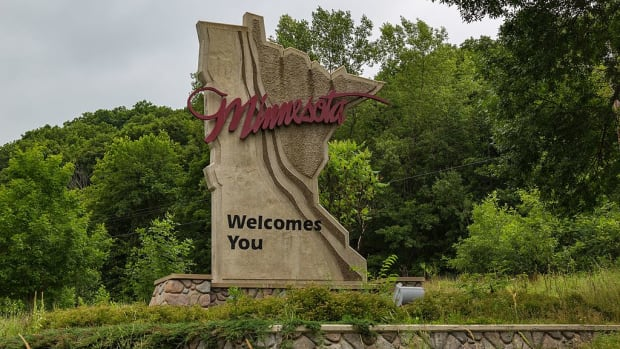 Minnesota_Welcome_Sign_-_Minnesota_Welcomes_You_-_Taylors_Falls_(28269804891)