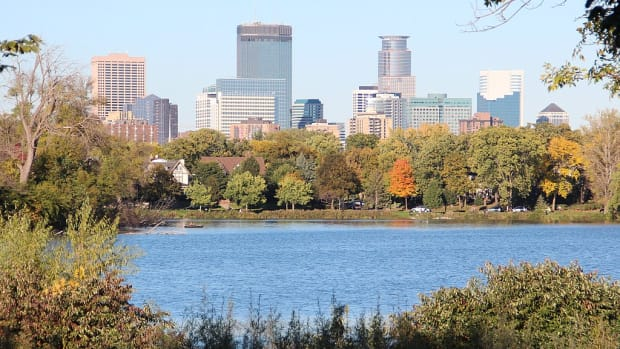 1024px-Minneapolis_skyline,_Lake_of_the_Isles_Oct_2017