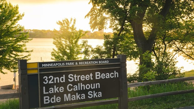 1024px-32nd_Street_Beach_-_Lake_Calhoun_-_Bde_Maka_Ska,_Minneapolis_(34846694316)