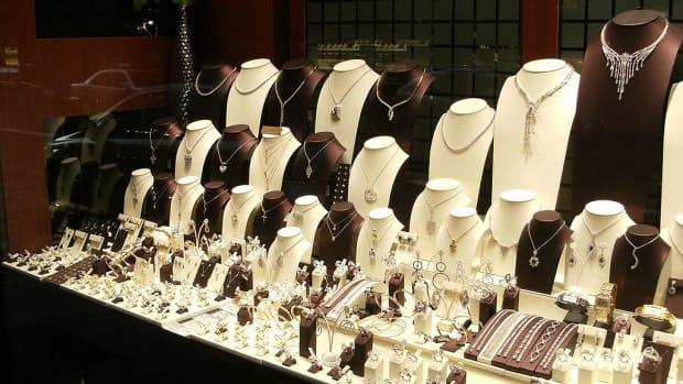 1024px-Shop_window_Pelikaanstraat_jewelry_store
