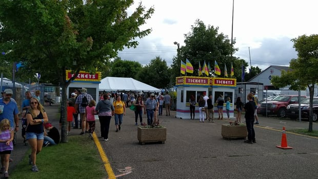 Wikimedia Commons - state fair ticket booth 2017