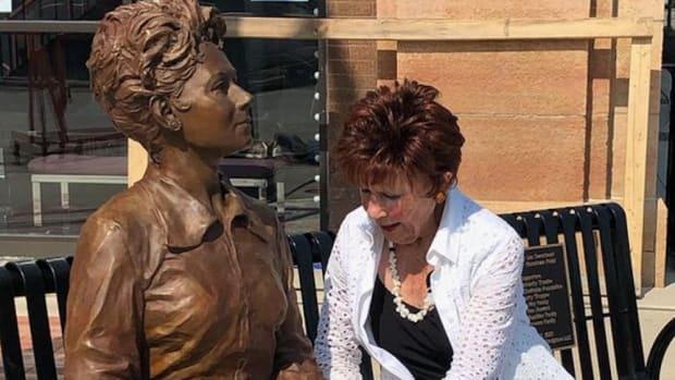 Actress Marion Ross with her statue in Albert Lea.
