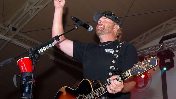 1024px-Playing_to_the_base,_Toby_Keith_sings_at_Camp_Buehring_during_his_'Live_In_Overdrive'_USO_tour_120426-A-OQ455-001