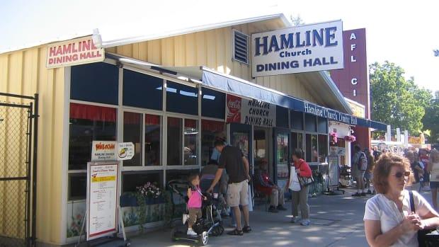 Wikimedia Commons - Hamline dining hall state fair - Myotus