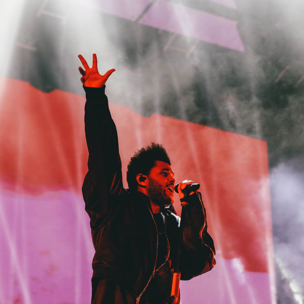 2048px-The_Weeknd_with_hand_in_the_air_performing_live_in_Hong_Kong_in_November_2018
