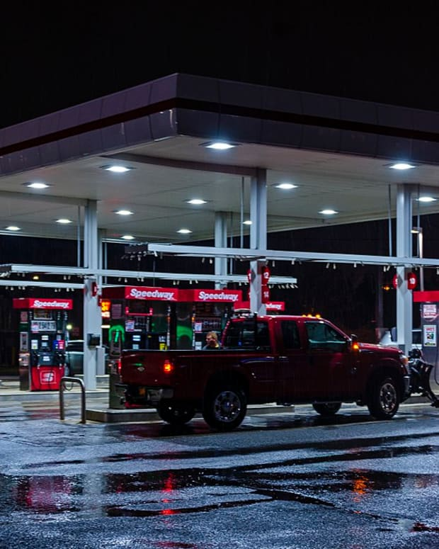 1280px-Speedway_station_on_a_rainy_night,_NY_300_outside_Newburgh