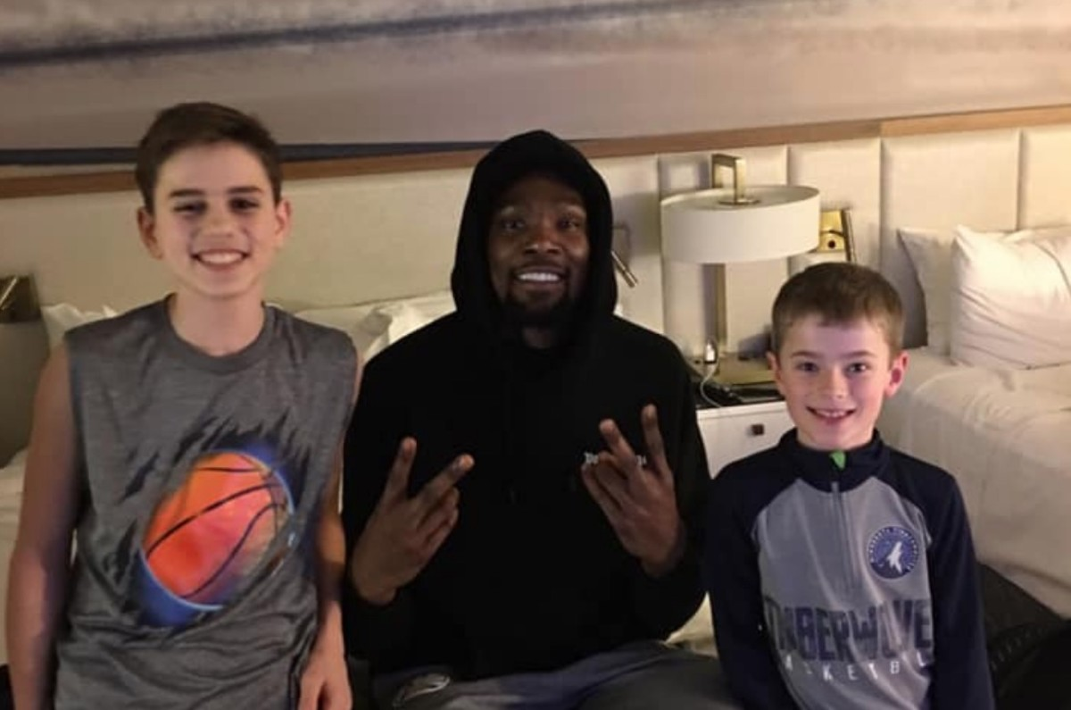 9cb7dabaf3c Kevin Durant delivers pizzas to fans in Minneapolis hotel - Bring Me ...