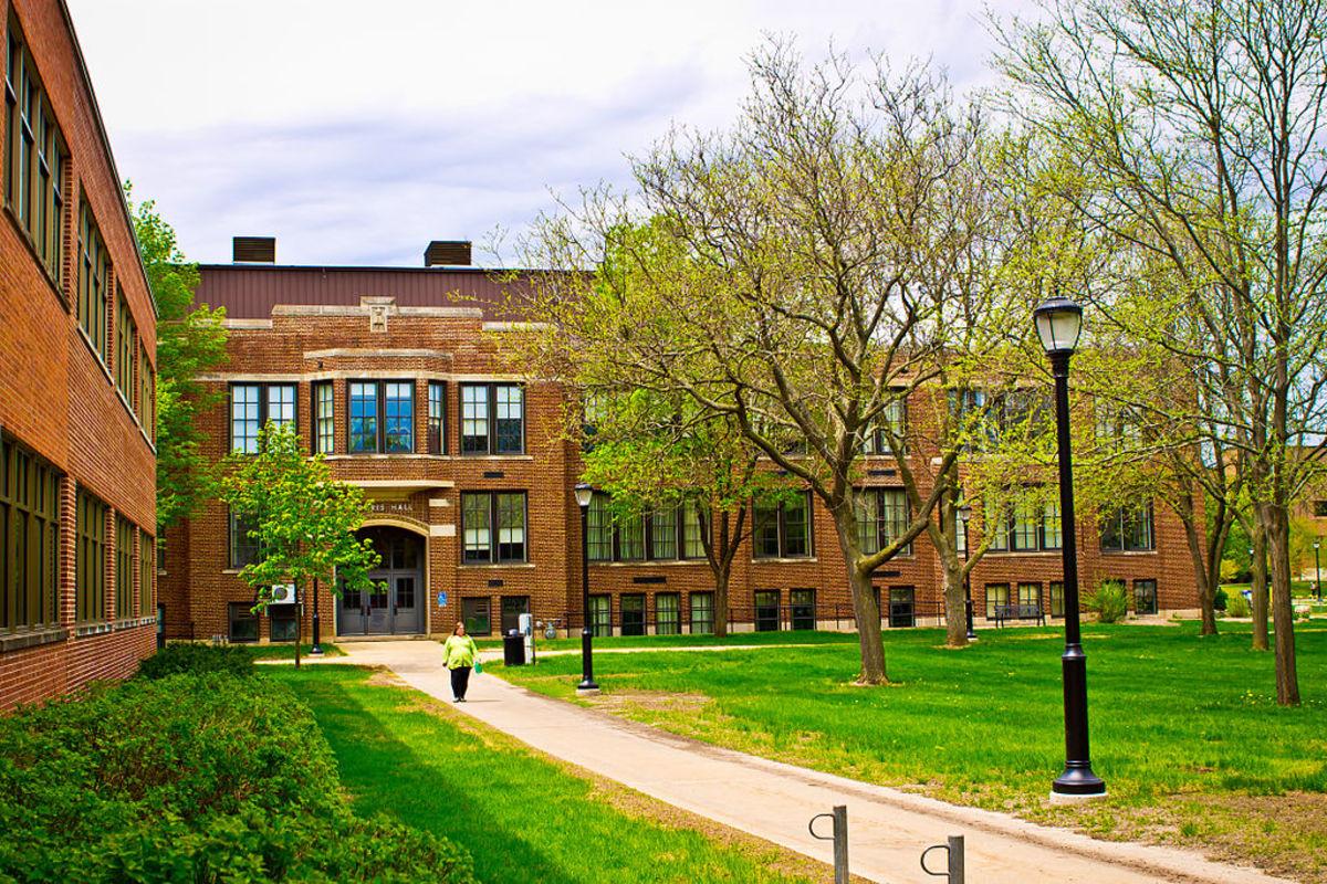 1024px-Morris_Hall_University_of_Wisconsin-La_Crosse_near_Wing_Tech_Center_Building