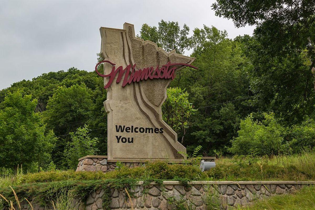 Minnesota_Welcome_Sign_-_Minnesota_Welcomes_You_-_Taylors_Falls_(28269804891)
