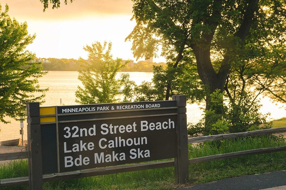 1024px-32nd_Street_Beach_-_Lake_Calhoun_-_Bde_Maka_Ska,_Minneapolis_(34846694316)