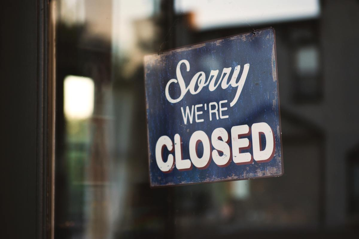 blue-and-white-sorry-we-re-closed-wooden-signage-1171386