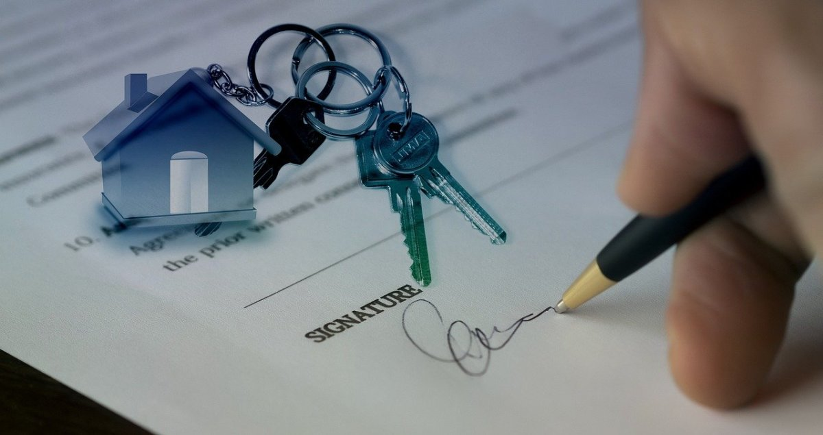 Pixabay - Signing contract home